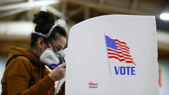 Une femme vote à Baltimore, dans le Maryland, le 26 octobre 2020. [Hannah McKay - Keystone]