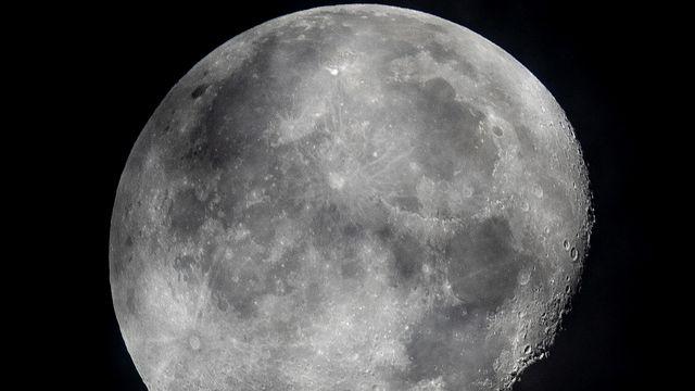 Il y aurait encore plus d'eau que ce que l'on pensait sur la Lune, piégée sous forme de glace dans une multitude de micro-cratères. [Michael Probst, File - Keystone/AP photo]
