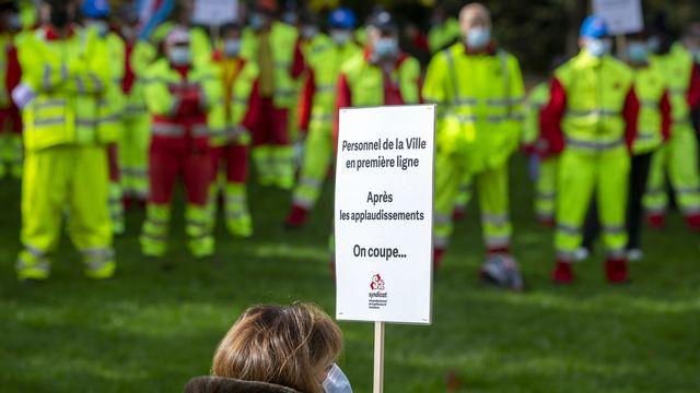 Les employés de la Ville de Genève réunis devant le palais Eynard pour protester contre le mesures d'économie qui bloquent leurs mécanismes salariaux. [Salvatore Di Nolfi - Keystone]