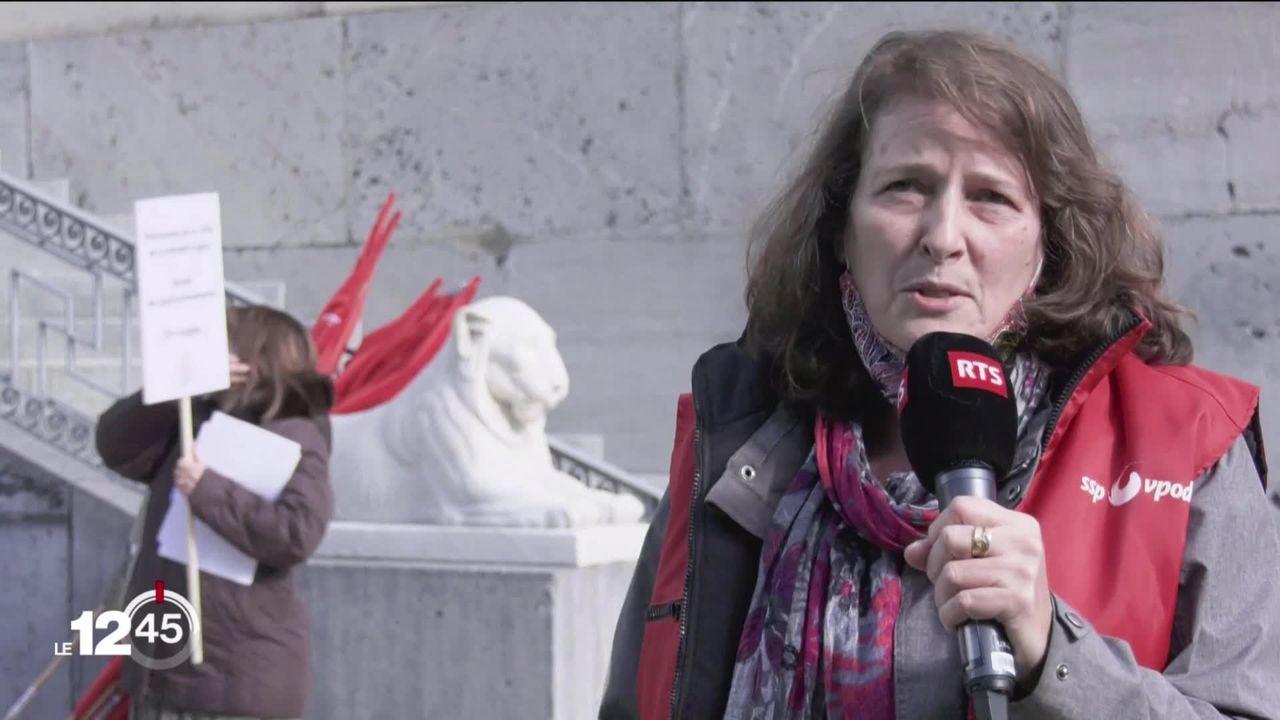 Près de 250 employés de la Ville de Genève ont manifesté leur colère à l'encontre du gel des mécanismes salariaux prévus dans le projet de budget 2021. [RTS]