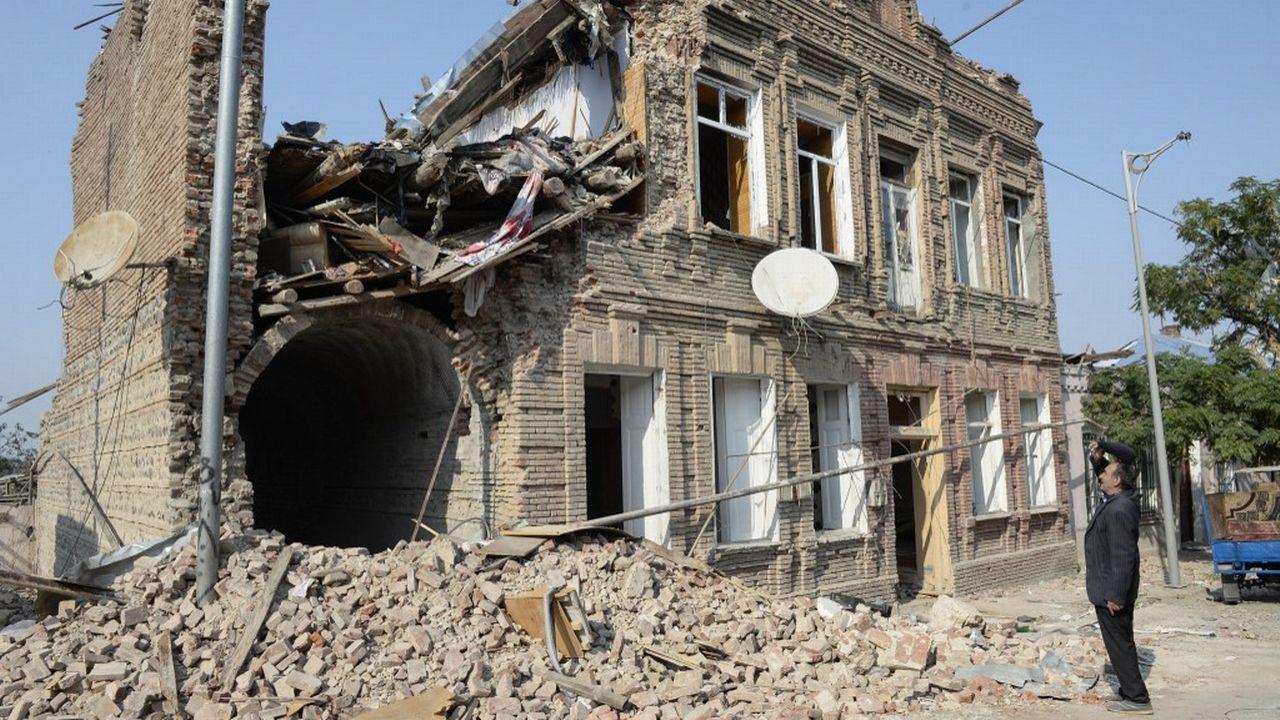 Un bâtiment endommagé par des tirs de missiles dans la ville de Ganja, en Azerbaïdjan, le 27 octobre 2020. [Tofik Babayev - AFP]