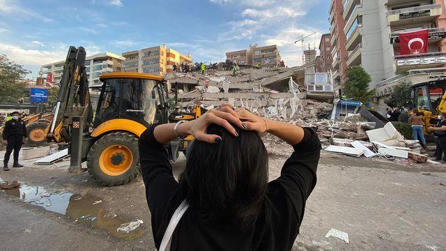 Le séisme a provoqué l'effondrement de plusieurs immeubles à Izmir et dans sa province. [Lokman Ilhan - Anadolu Agency/AFP]