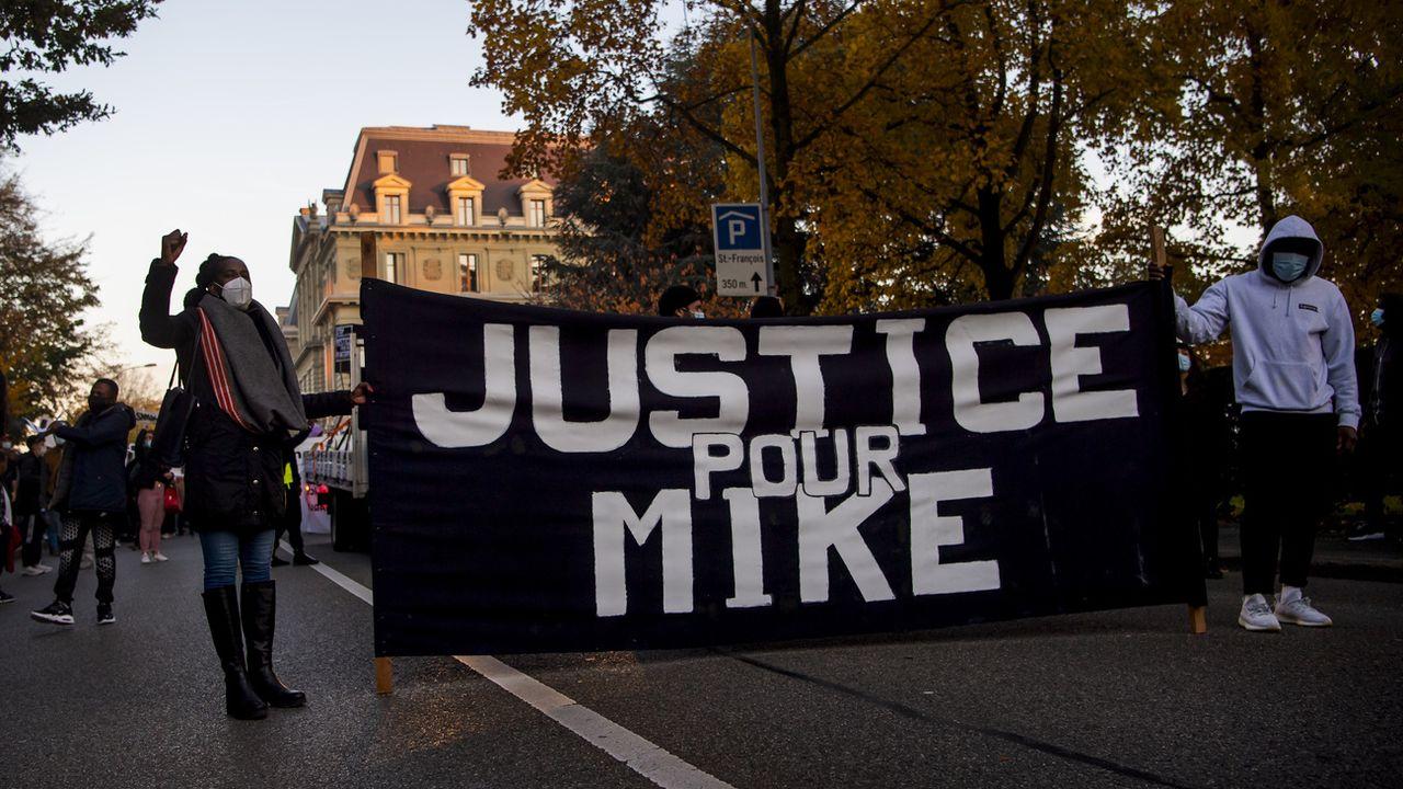 Environ 800 personnes à Lausanne contre les violences policières. [Jean-Christophe Bott - Keystone]