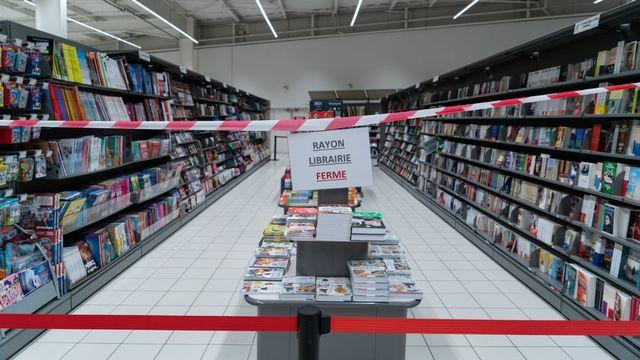 Le rayon librairie d'un supermarché fermé, à la suite des mesures de reconfinement prises par le gouvernement français, le 31 octobre 2020 à Grezieu-la-Varenne. [Sébastien Rieussec - AFP]