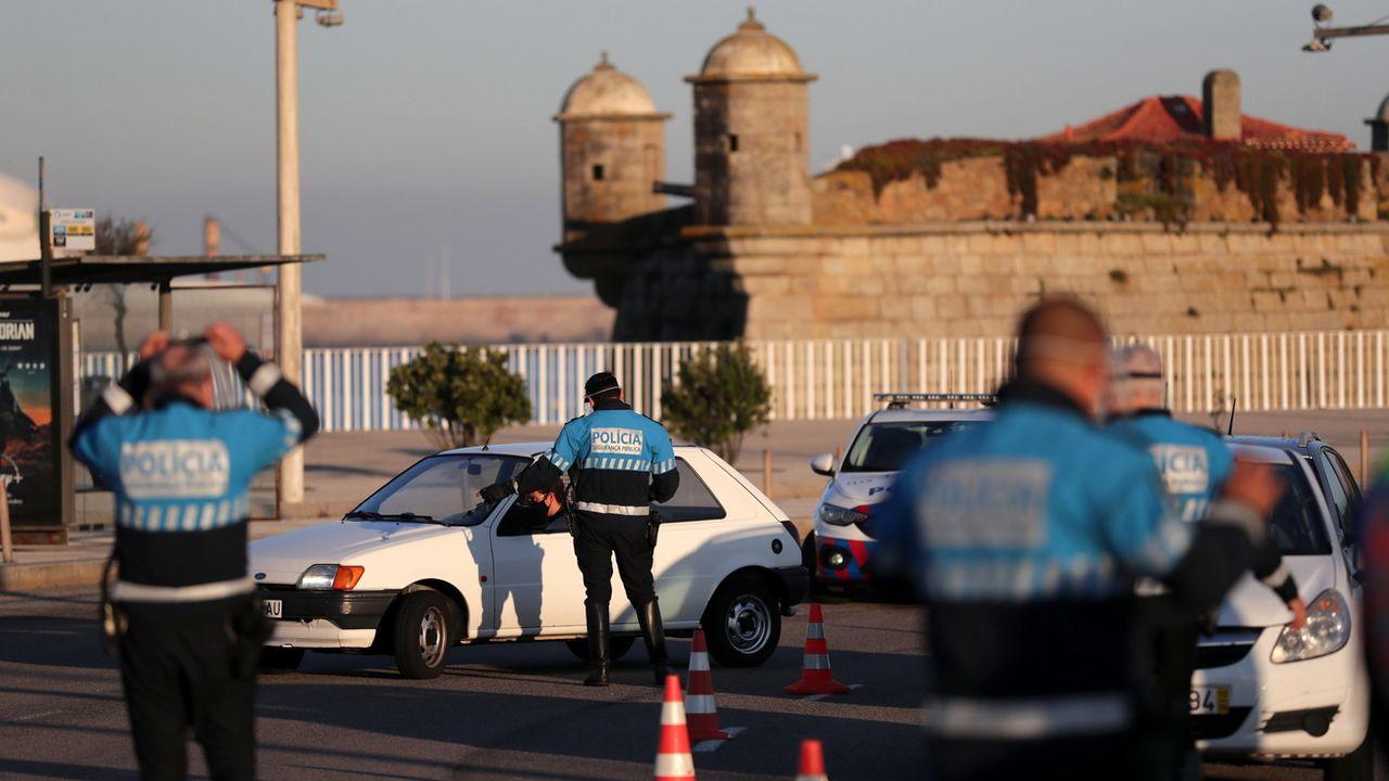 La police portugaise procède à des contrôles près de Porto, le 30 octobre 2020. [Estela Silva - Keystone]