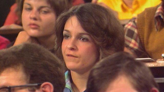 Des étudiants tiers-mondistes, parmi lesquels Dominique de Rivaz, interpellent un représentant du groupe Nestlé. [RTS]