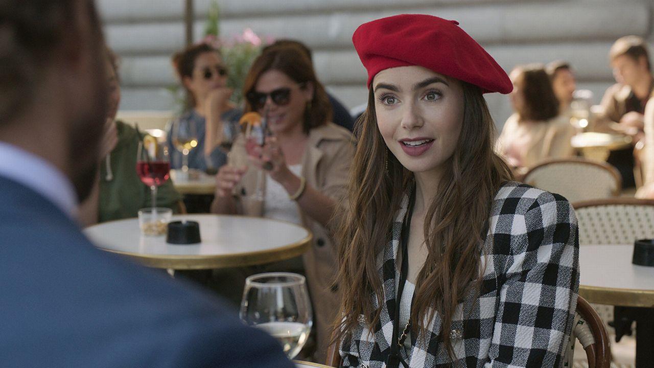 """La série """"Emily in Paris"""" a été passée à l'acide par les critiques en France, qui ont vu là beaucoup de clichés grotesques sur les Parisiens. [Netflix via AP - Keystone]"""