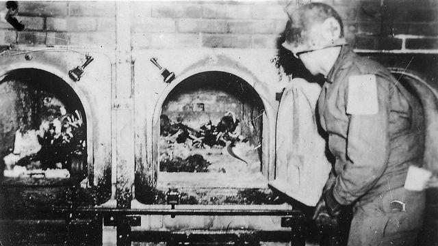 Fours crématoires du camp de concentration de Buchenwald lors de sa libération, le 16 avril 1945. [Jule Rouard - Luc Viatour - Wikimédia]