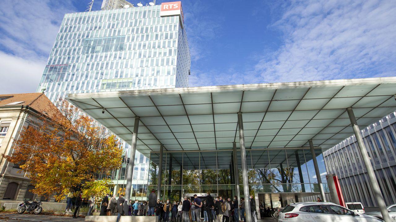 Un rassemblement devant la tour de la RTS pour demander un changement dans la culture de management de l'entreprise, le 2 novembre 2020 à Genève. [Salvatore Di Nolfi - Keystone]