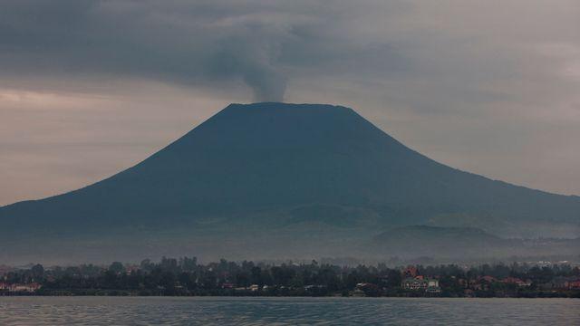 Le volcan Nyiragongo, situé au bord du lac Kivu en République démocratique du Congo. [Eric Lafforgue / Hans Lucas - AFP]