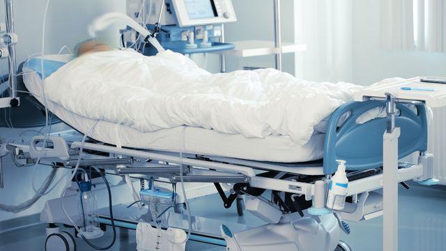 Patient sur un lit d'hôpital. [sudok1 - Depositphotos]