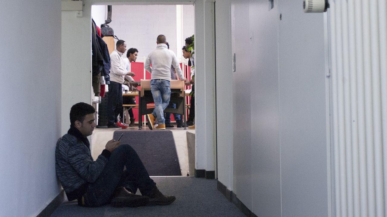 Des requérants d'asile dans la structure d'accueil de jour de l'Etablissement vaudois d'accueil des migrants (EVAM), le 19 janvier 2016 a Lausanne. [Aram Karim - Keystone]