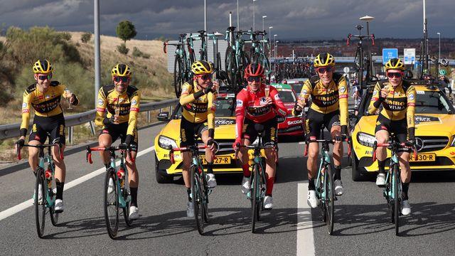 Roglic a trinqué à sa victoire avec ses coéquipiers sur la route. [Kiko Huesca - Keystone]