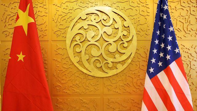 Les drapeaux chinois et américain côte à côte durant une rencontre ministérielle en avril 2018 à Pékin. [Jason Lee - Reuters]