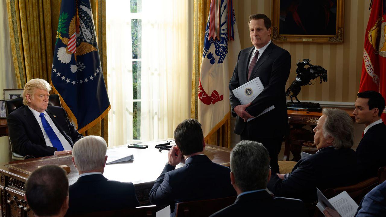 """Donald Trump et James Comey avec le staff du président (Brendan Gleeson et Jeff Daniels) dans la série """"The Comey Rule"""". [Showtime]"""