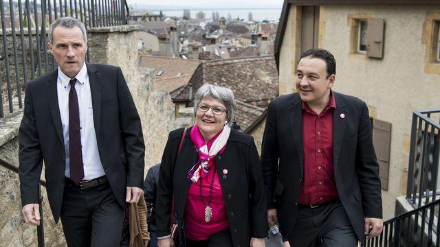 """Monika Maire-Hefti (au centre) et Jean-Nat Karakash (à droite) ne souhaitent pas se représenter afin de permettre à d'autres """"énergies de reprendre le flambeau aux côtés"""" de Laurent Kurth (à gauche). [Jean-Christophe Bott - keystone]"""