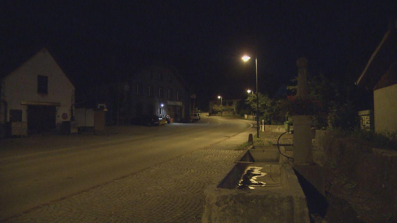 Une image d'une rue de Cernier de nuit avant l'extinction des éclairages publics. [RTS]