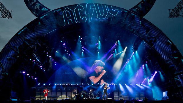 Le guitariste Angus Young et le chanteur Brian Johnson d'AC/DC lors d'un concert à Nuremberg, en Allemagne, le 8 mai 2015. [DANIEL KARMANN/ DPA  - AFP]