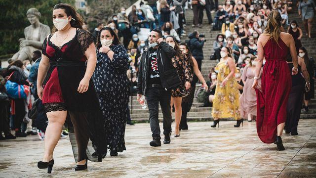 """Un happening du collectif """"The All Sizes Catwalk"""" sur l'esplanade du Trocadero à Paris le 27 septembre 2020. [Samuel Boivin - NurPhoto via AFP]"""