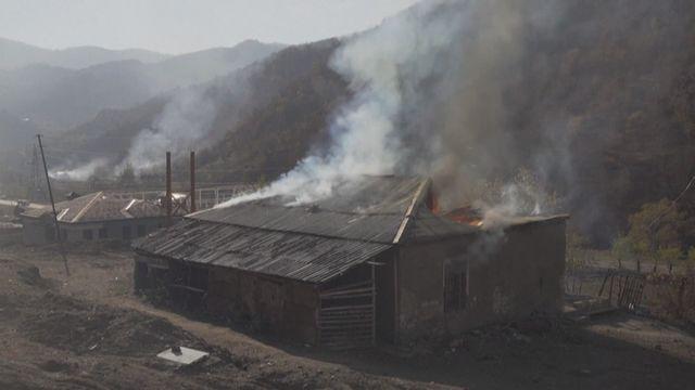 Des Arméniens brûlent leurs maisons avant de quitter le Haut-Karabakh [RTS]