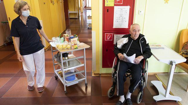 Le Covid a chamboulé la vie des pensionnaires d'EMS. [Laurent Gillieron - Keystone]