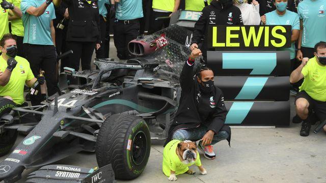 Lewis Hamilton n'a pas manqué de fêter ce titre historique avec son chien Roscoe. [Clive Mason - Keystone]