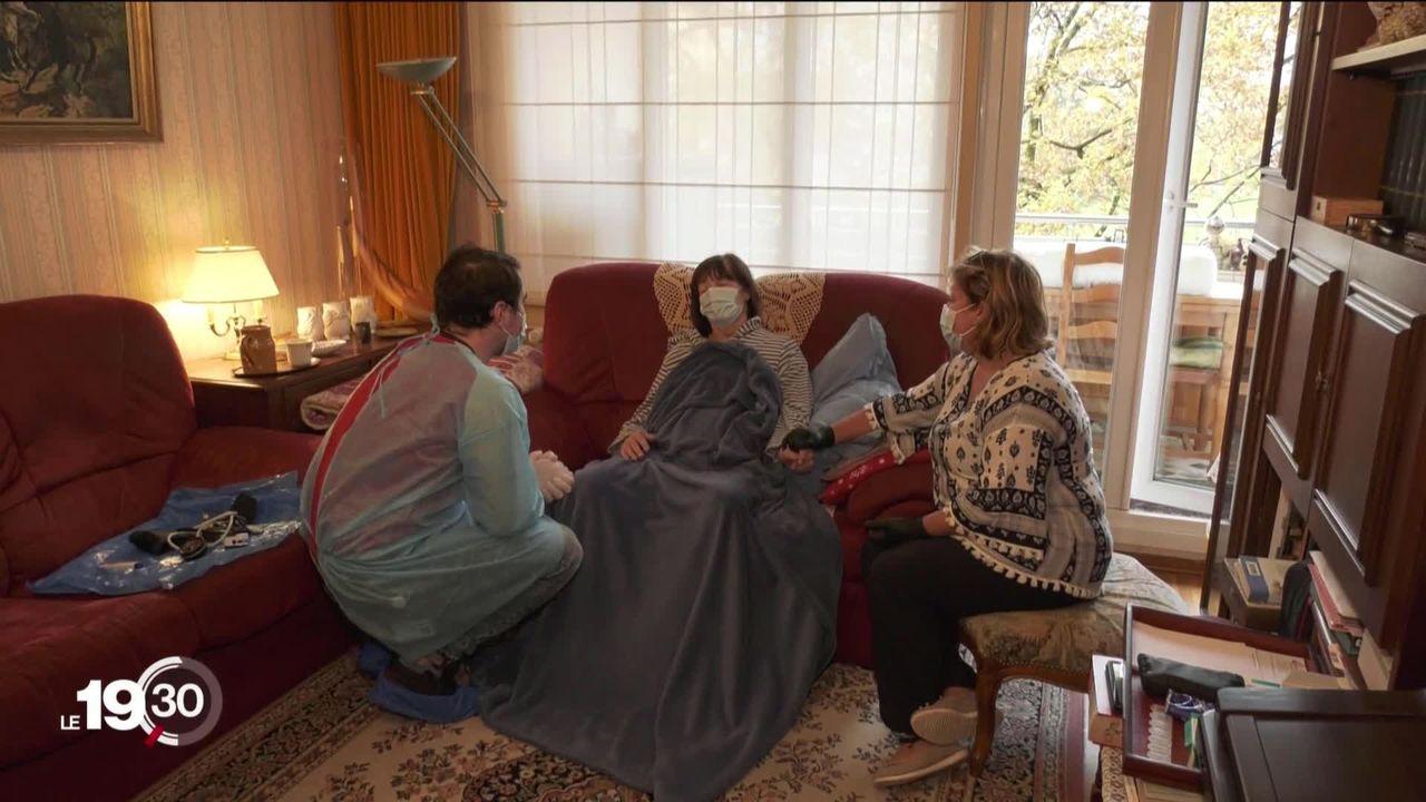 Les soins à domicile constituent un rempart essentiel à la surcharge des hôpitaux engorgés par des malades du Covid-19. Reportage [RTS]