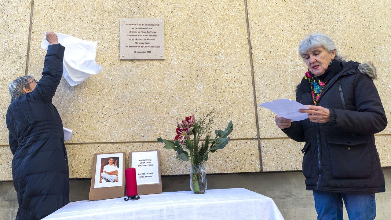 Viviane Luisier (à droite), membre de Solidarité Tattes, participe au recueillement en mémoire d'un requérant d'asile, mort dans l'incendie de 2014. [Martial Trezzini - Keystone]