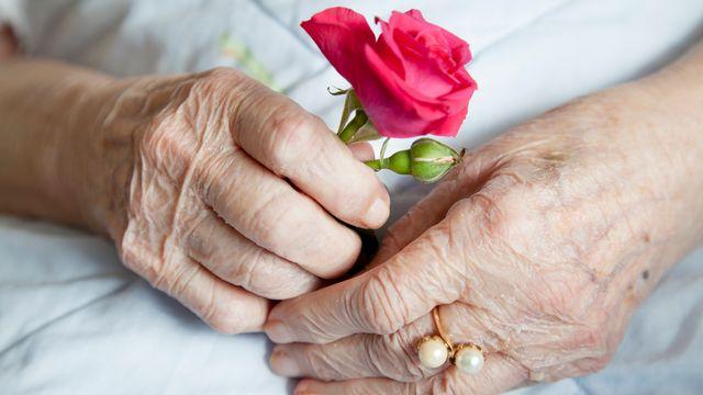 Obsèques à huis-clos, EMS fermés: le printemps 2020 a cruellement éprouvé les plus anciens, les familles et les soignants.  [fineart - Depositphotos]