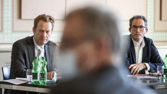 Le prorecteur de l'Université de Zurich Christian Schwarzenegger (à gauche) et l'historien Matthieu Leimgruber ont présenté leurs conclusions sur la collection d'art d'Emil Bührle.  [KEYSTONE/Alexandra Wey - Keystone]