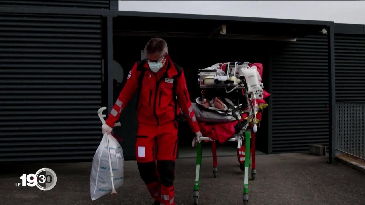 Les hôpitaux de Suisse romande sont saturés. Les premiers transferts de patients ont débuté cette semaine : 34 en tout. [RTS]