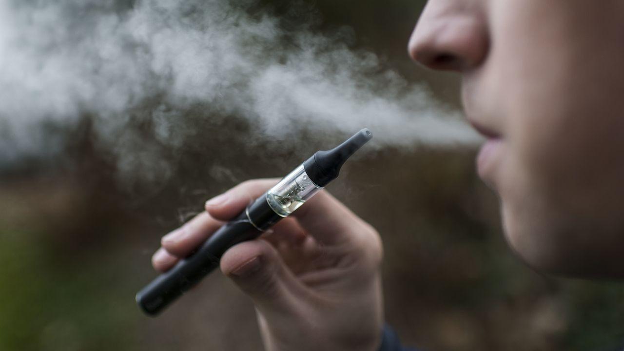La vente de cigarettes électroniques aux moins de 18 ans sera désormais interdites.   [KEYSTONE/Christian Beutler - Keystone]