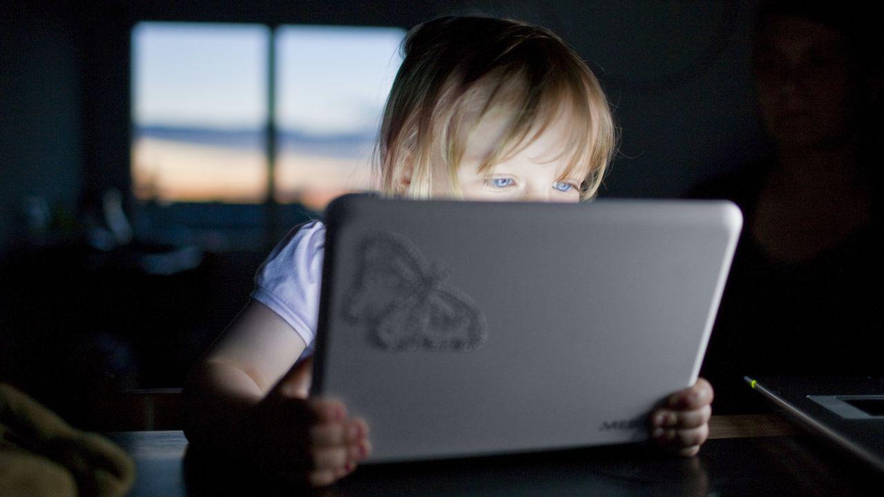 Les jeunes ont l'habitude d'acheter énormément en ligne, que ce soit des services ou des objets physiques.  [Gaetan Bally - Keystone]