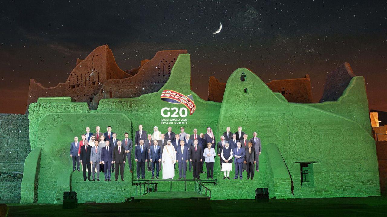 Une photo de famille virtuelle des leaders du G20 projetée sur les murs du district d'At-Turaif, à Ad-Diriyah. Ryad, Arabie Saoudite, le 20 novembre 2020. [G20 Riyadh Summit - Keystone/epa]