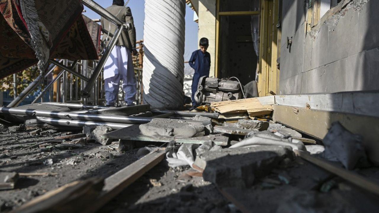 """Selon plusieurs photos publiées sur les réseaux sociaux, le mur extérieur d'un vaste complexe médical aurait notamment été endommagé pas """"plusieurs roquettes"""". [wakil kohsar - afp]"""