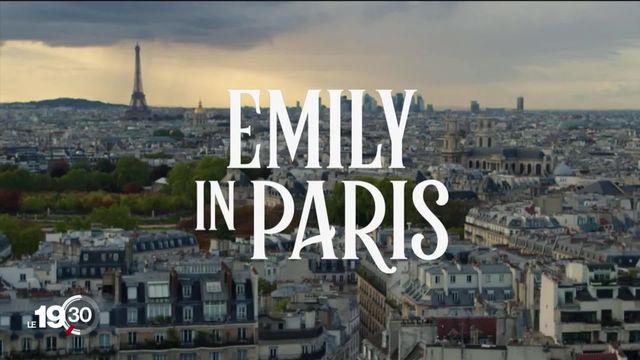 """La série """"Emily in Paris"""" critiquée pour ses clichés sur Paris. [RTS]"""