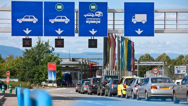 Frontaliers pénétrant en Suisse par la douane de Bardonnex, à Genève. clandestins suisses [Martin Ruetschi - Keystone]