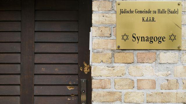 Des impacts de balles visibles sur la porte d'une synagogue en Allemagne. [Markus Schreiber - Keystone/AP Photo]