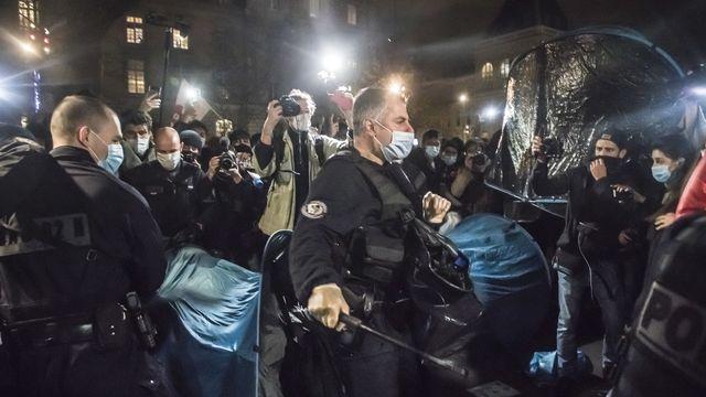 Une enquête a été ouverte après l'évacuation d'un camp de migrants à Paris. [CHRISTOPHE PETIT TESSON - EPA]
