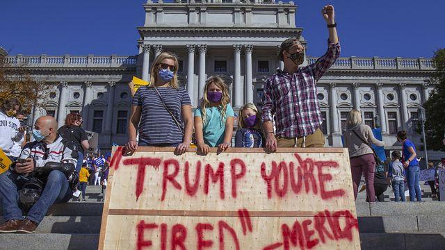 Partisans de Joe Biden devant le Capitole de Pennsylvanie à Harrisburg, 07.11.2020. [Mark Pynes - The Patriot-News/AP/Keystone]