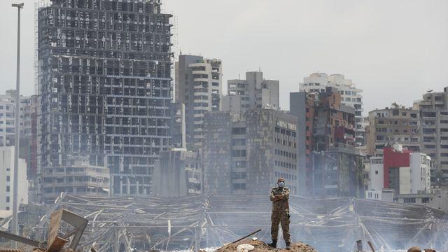 Un soldat devant le site dévasté par l'explosion au port de Beyrouth. [Thibault Camus - Keystone]