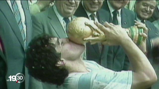 En tirant sa révérence à 60 ans, Diego Maradona signe son dernier coup d'éclat. Le foot mondial est en deuil. [RTS]