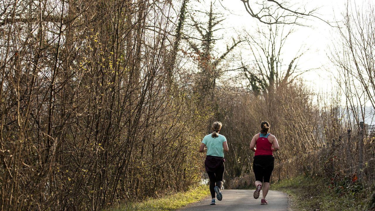 Courir peut être un bon moyen de faire de l'exercice en profitant de la nature et suivre ainsi les recommandations de l'OMS sur les activités physiques. [Alexandra Wey - Keystone]