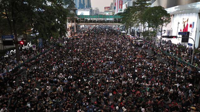 Mercredi 18 novmbre: des milliers de manifestants pro-démocratie rassemblés dans le centre de Bangkok au lendemain d'affrontements avec les forces de l'ordre et des ultra-royalistes au cours desquels six manifestants ont été blessés par balles. [EPA/RUNGROJ YONGRIT - Keystone]