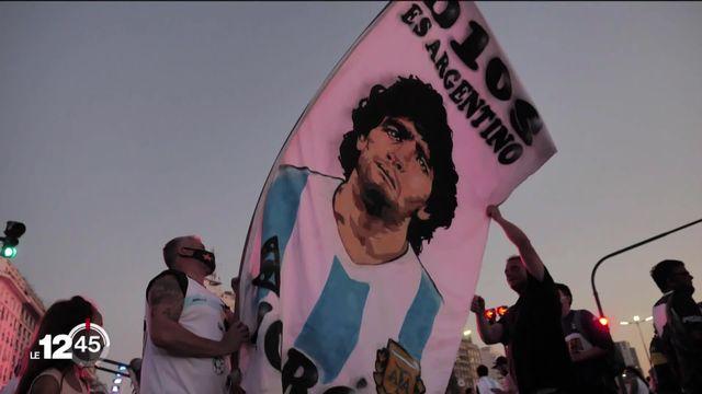 A Buenos Aires, les amoureux de Diego Maradona se sont réunis pour pleurer la mort de leur idole [RTS]