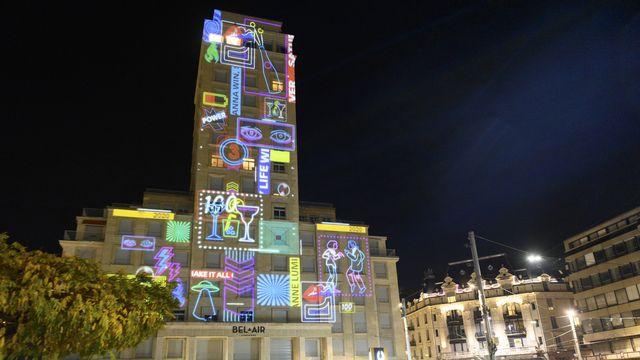 La tour Bel-Air, plus haut bâtiment de la ville avec ses 70 mètres, est illuminée par un projet réalisé par les étudiants de l'École cantonale d'art de Lausanne (ECAL).  [Laurent Gillieron - Keystone]