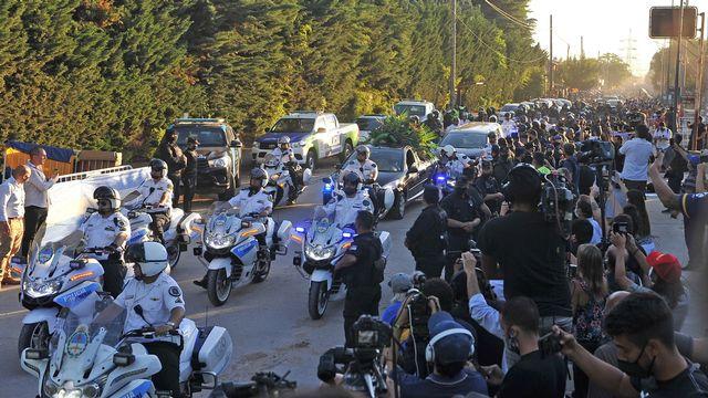 Des milliers de fans ont rendu hommage à Diego Maradona lors du cortège funéraire. [ENRIQUE GARCIA - EPA]