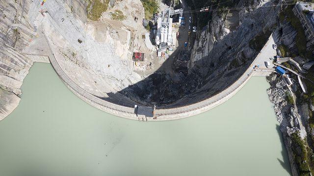 Le niveau du lac du Grimsel ne sera pas relevé de 23 mètres, a décidé le Tribunal fédéral. [Gaetan Bally - Keystone]