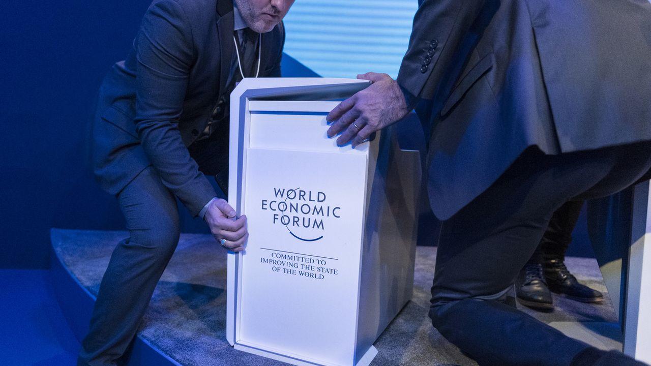 Des membres du personnel déplacent du mobilier de conférence, le 24 janvier 2020 après la clôture du 50e Forum économique mondial (WEF) à Davos. [Alessandro della Valle - Keystone]