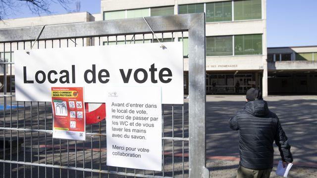 Un local de vote à Carouge (GE). [Salvatore Di Nolfi - Keystone]